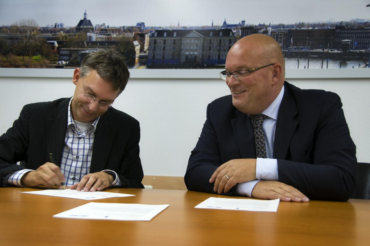 Namens de Belastingdienst tekende de heer Lampe, plaatsvervangend directeur van de Belastingdienst Amsterdam